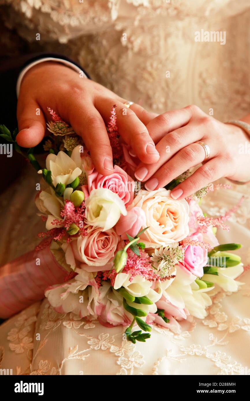 Hnde des Brutigams und der Braut auf einer Hochzeit bouquet Stockfoto Bild 53042881  Alamy