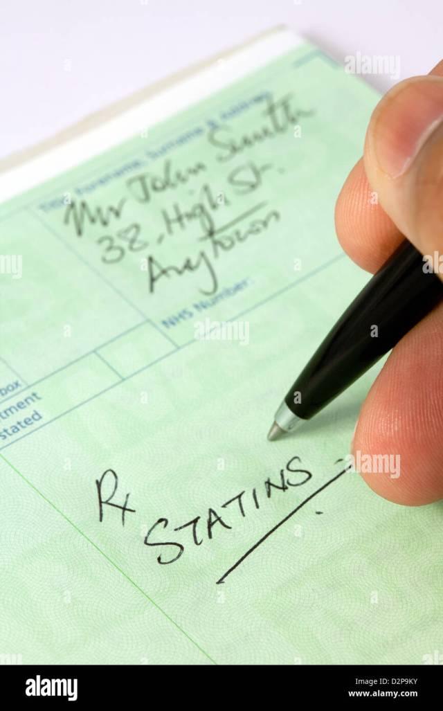 Ein Arzt ein Rezept für Statine für Cholesterin-Behandlung für