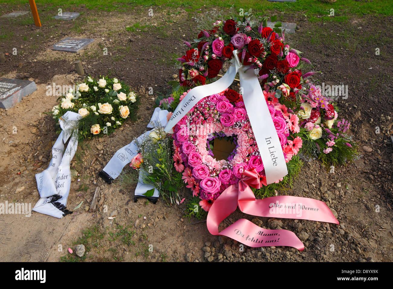 Friedhof Tod Trauer Grablegung Grab Urne Grab Blumen Rosen Kranz koronale florales