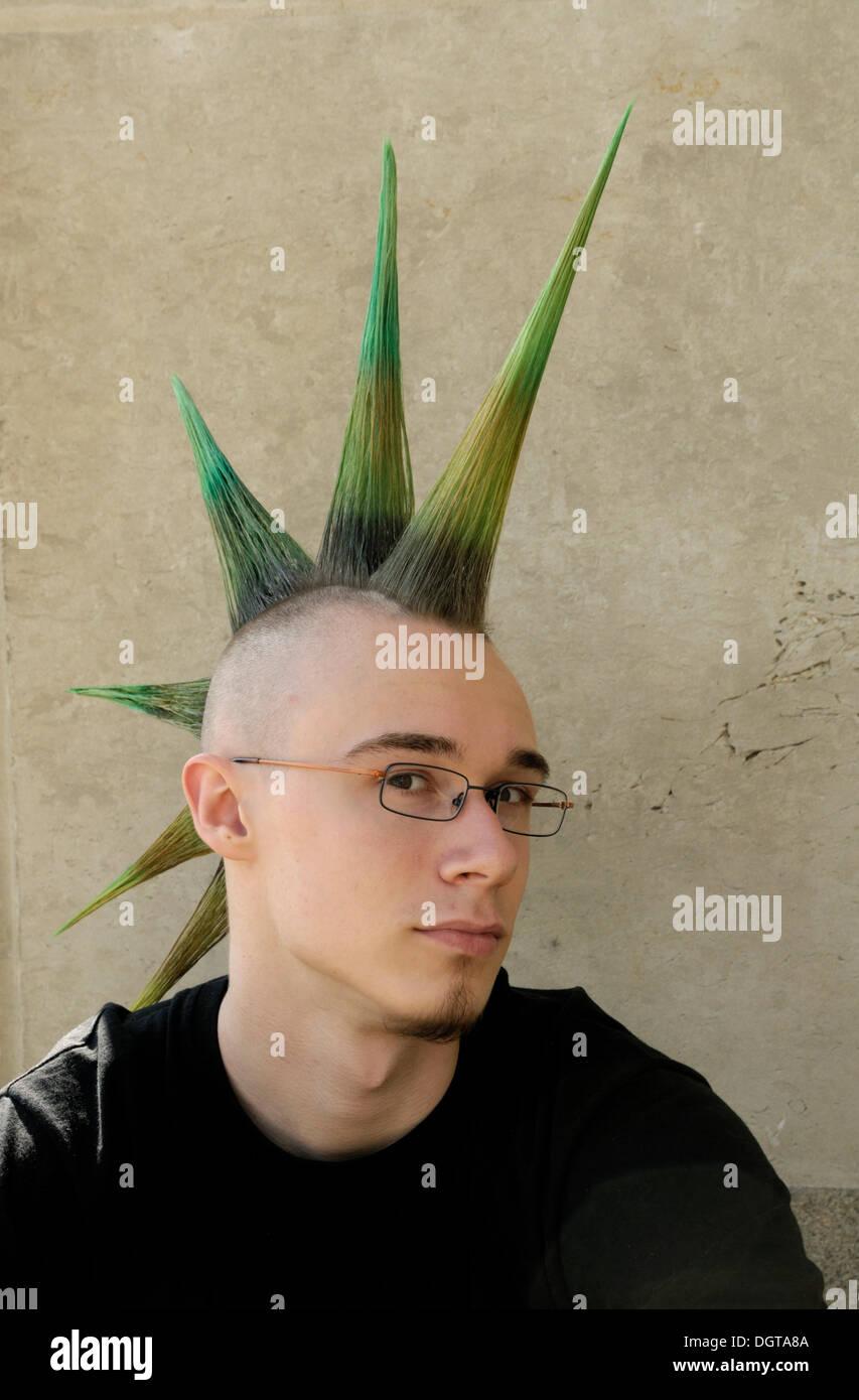 Junger Mann Mit Einer Punkfrisur Mohawk Mohikaner Wave Gothic