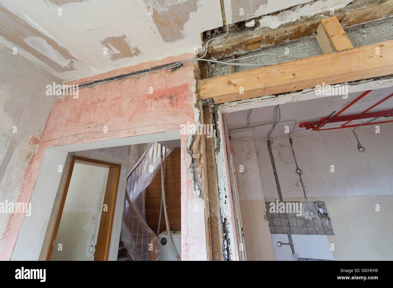 Öffnung in einer Wand mit einem Strahl-Neubau, Sanierung eines alten