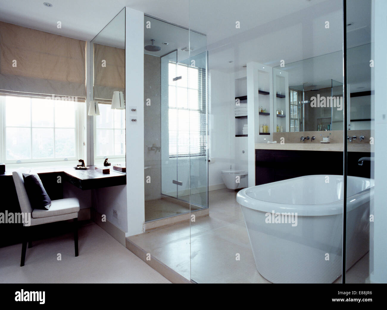 Glaswand im modernen Badezimmer mit weien Rolltop Bad