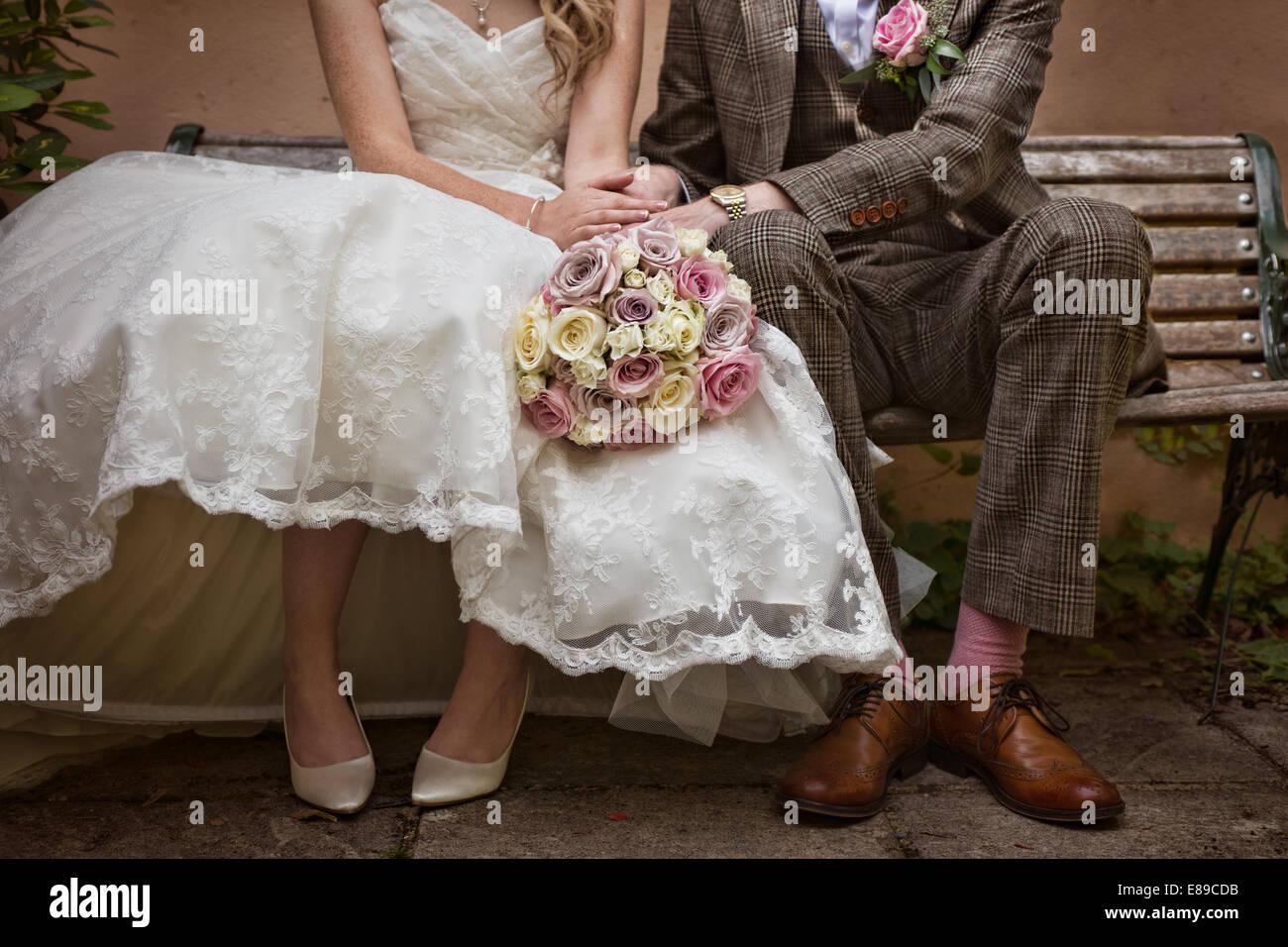 Eine Braut  Brutigam trgt eine VintageStil Tweed Anzug  50er Jahre Stil Hochzeit auf einer