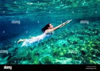 Beautiful Female Swimming Underwater Wearing Stockfotos ...