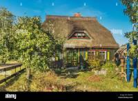 Typisches Haus mit Reetdach in Born, Fischland-Dar-Zingst ...