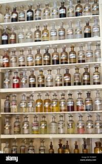 Antike Flaschen Linie der Wand Botica De Santa Teresita ...