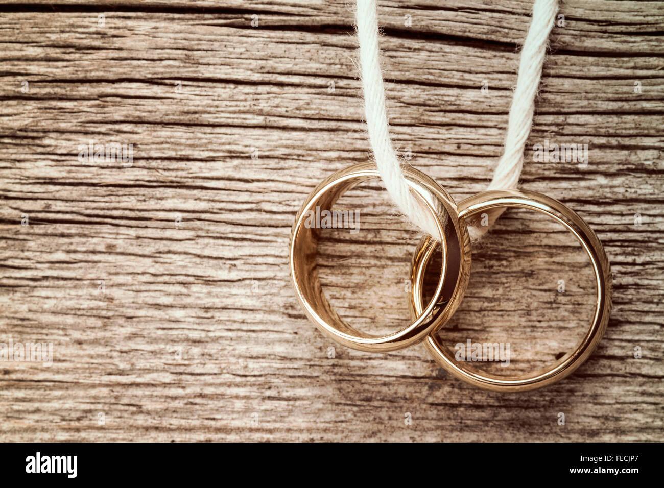Hochzeit Ringe hngen am Seil ber hlzerne Hintergrund