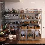 Aufbewahrung Korbe Und Reihen Von Flaschen Auf Edelstahl Regale In Modernen Kuche Stockfotografie Alamy