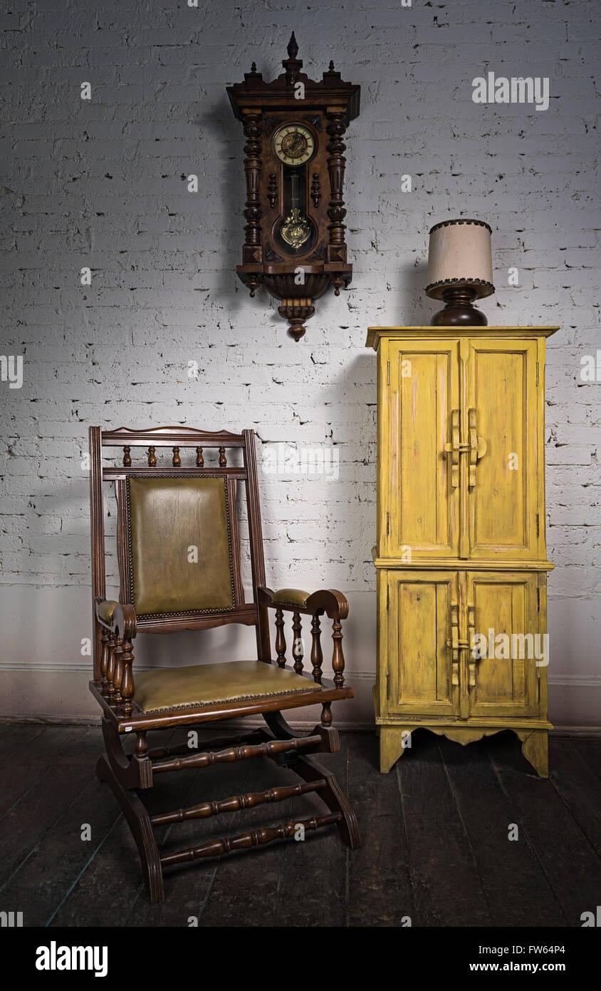 schaukelstuhl wohnzimmer niedrig leicht h gelig decke mit holzbalken im ferienhaus. Black Bedroom Furniture Sets. Home Design Ideas