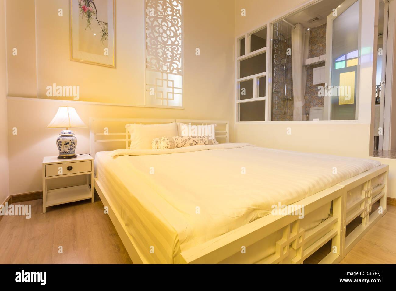 Abstrakte Schlafzimmer in hellen warmen Farben groes bequemes Doppelbett im eleganten