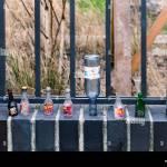 Berlin Prenzlauer Berg Stadt Stillleben Leere Alkohol Und Weinflaschen Neben Einem Stadtpark Zaun Informelle Skurrile Kunstwerke Stockfotografie Alamy