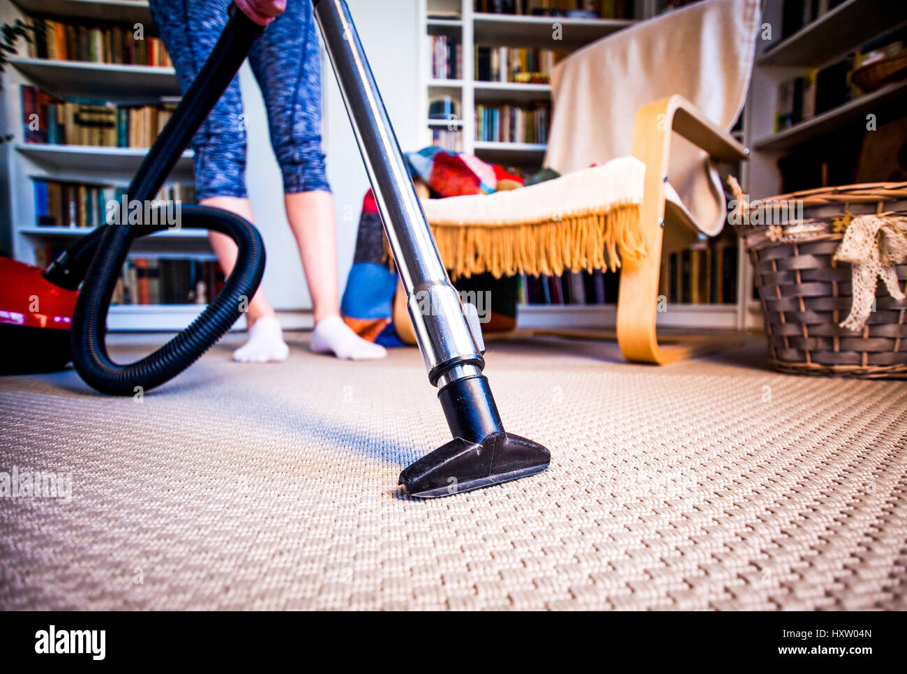 Teppich Reinigen Staubsauger Mieten Woman Vacuuming Stockfotos And Woman Vacuuming Bilder Alamy