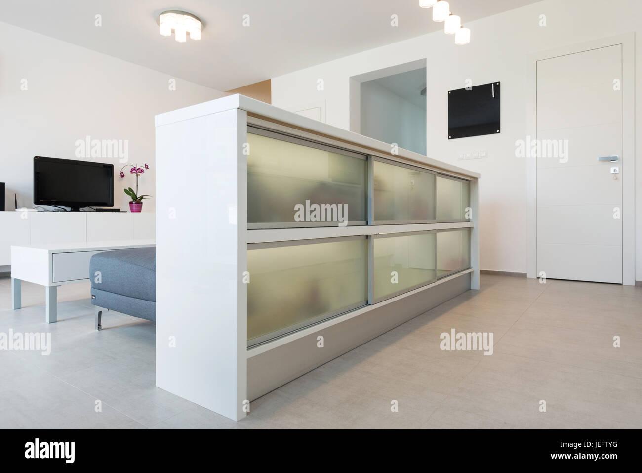 Schrank, die Trennung von Küche und Wohnzimmer im modernen Haus