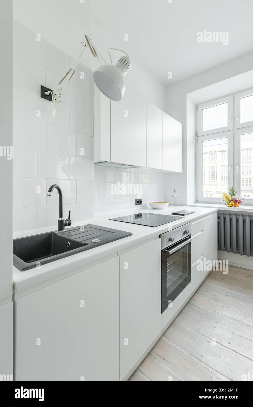 Weiße Küche Mit Spüle, Arbeitsplatte, Einfache Schränke