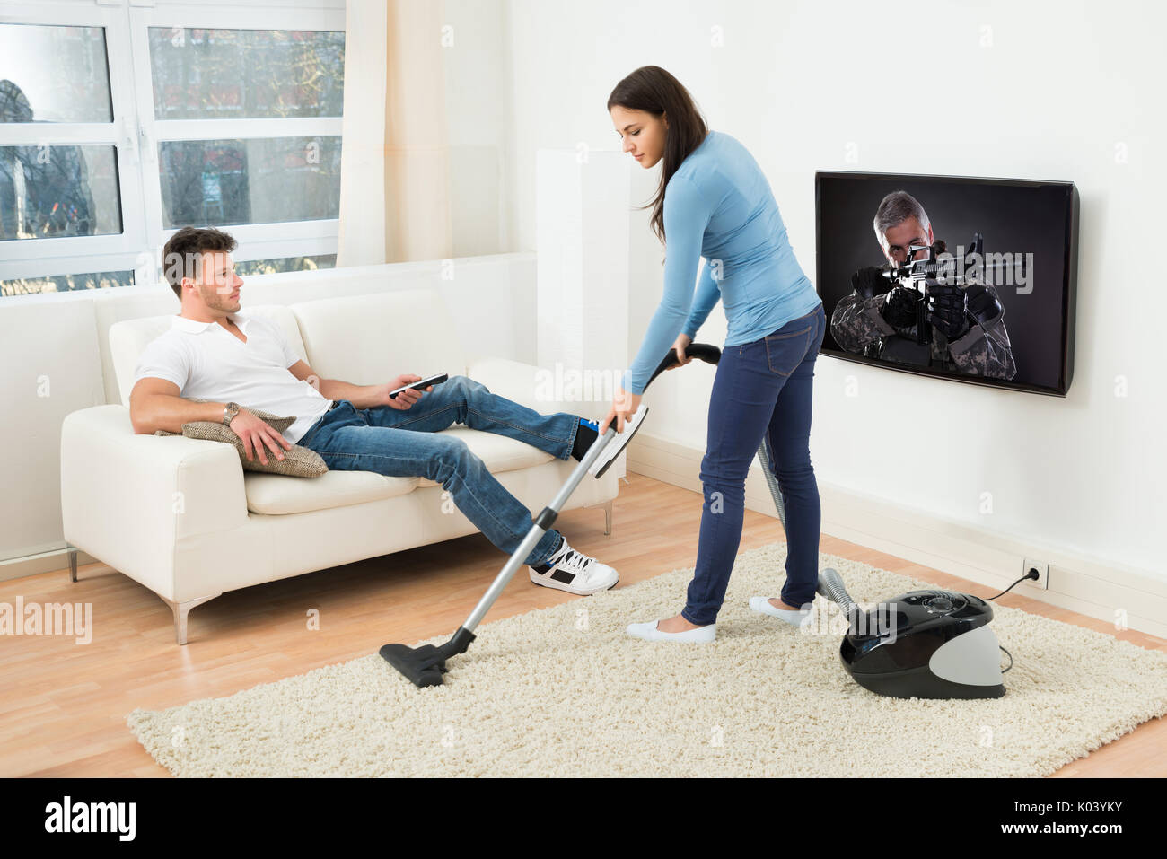 Frau Fliegender Teppich Man Vacuuming Sofa Woman Using Stockfotos And Man Vacuuming