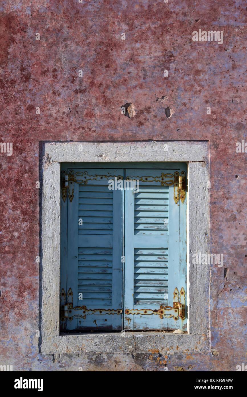 Einige bemalten Fensterläden, ein Fenster von einem alten