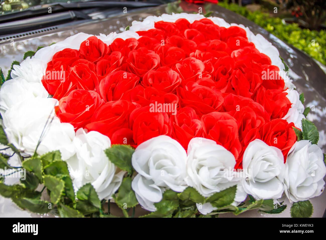 Herzfrmige rote und weie Rosen Blumen Hochzeit