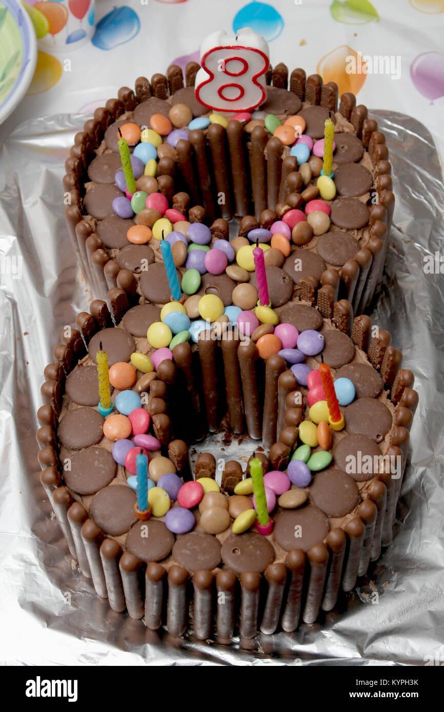 Geburtstag Kuchen in der Form einer Acht von Schokolade