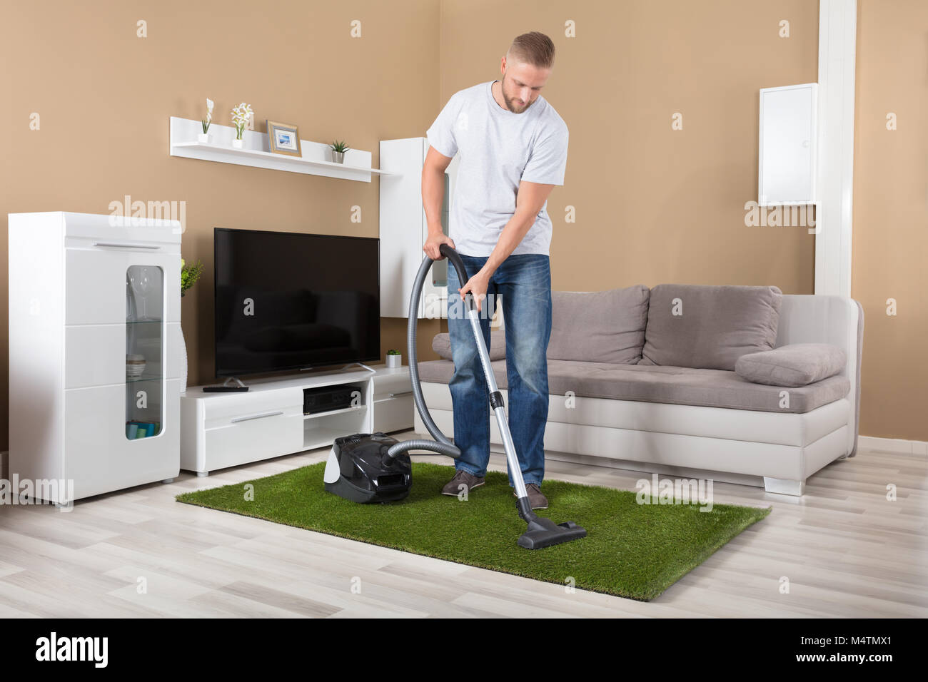 Teppich Reinigen Baby People Vacuuming Young Stockfotos And People Vacuuming Young