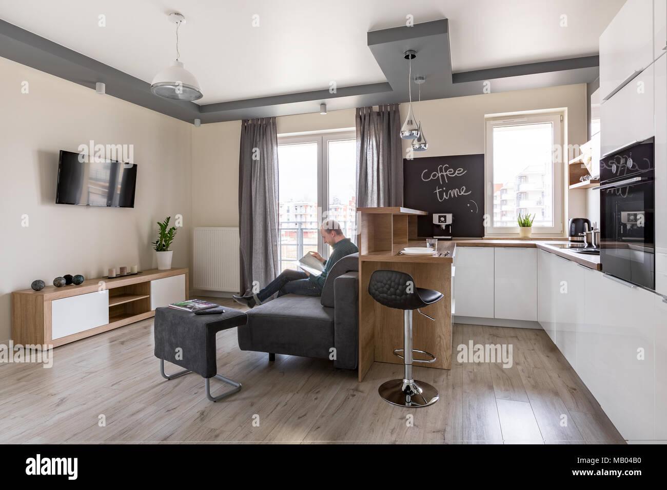 Funktionale und moderne Wohnzimmer mit Kche kombiniert Stockfoto Bild 178868340  Alamy