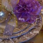 Luxuriose Weihnachten Tischdekoration Mit Gold Geschirr Und Lila Blume Stockfotografie Alamy