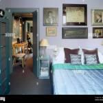 Ein Modernes Lila Blau Schlafzimmer Doppelbett Mit Satin Bettbezug Schrank Nachttisch Lampen Gemalde Gemalt Stockfotografie Alamy