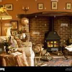 Gemutliches Wohnzimmer Mit Kaminecke Holzofen Und Gepolstertem Sessel Stockfotografie Alamy