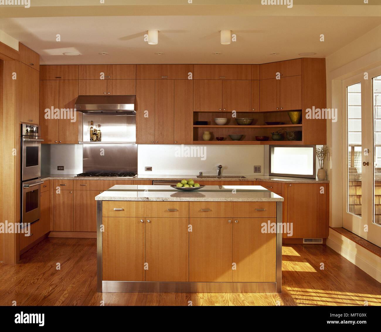 k chen farben eine moderne minimalistische k che zentrale insel einheit holz. Black Bedroom Furniture Sets. Home Design Ideas