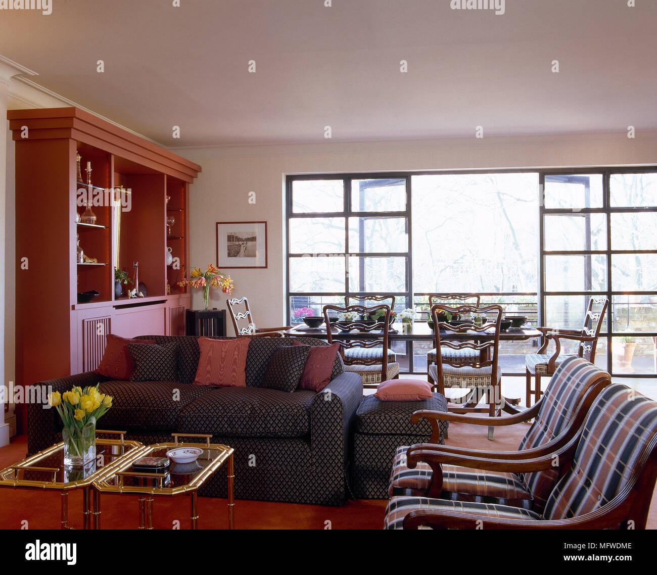 Wohnzimmer mit zwei gepolsterten Holz Sessel Couchtisch und Anzeigeeinheit Stockfoto Bild