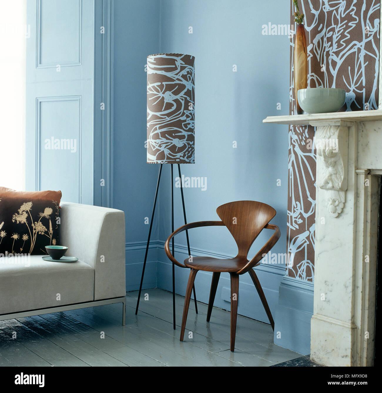 moderne stuhl neben lampe in der ecke