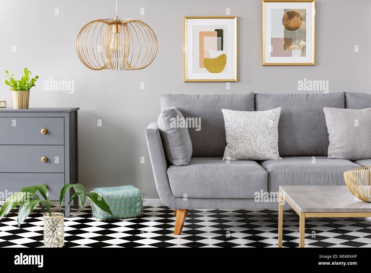 Gold Lampe in grau Wohnzimmer Interieur mit Poster ber