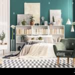 Gemutliches Schlafzimmer Einrichtung Mit Weissen Skandinavischen Mobeln Und Turkis Grune Wand Stockfotografie Alamy