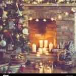 Die Einstellung Hintergrund Weihnachten Weihnachtsbaum Dekoriert Dekorationen Tannenzapfen Im Korb Kamin Auf Dem Hintergrund Kerzen Und Lichter Selectiv Stockfotografie Alamy
