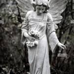 Skulptur Der Trauernden Engel Auf Friedhof In Berlin Frohnau Stockfotografie Alamy