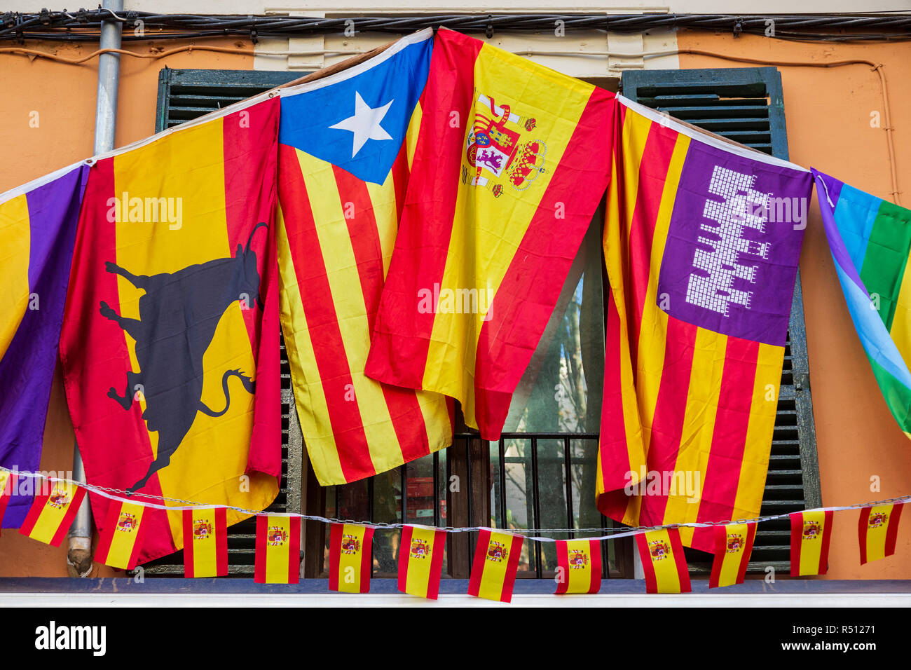 spanische flaggen die katalanische