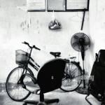 Burostuhl Und Fahrrad Gegen Die Wand Stockfotografie Alamy