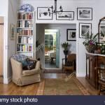 Marmor Spitze Sideboard Und Beige Sessel Auf Beiden Seiten Des Einganges In Ferienhaus Wohnzimmer Stockfotografie Alamy