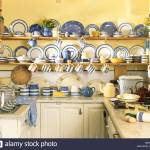 Sammlung Von Blau Weiss Gestreiften Cornish Geschirr Geschirr In Regalen In Blass Gelbe Cottage Kuche Stockfotografie Alamy