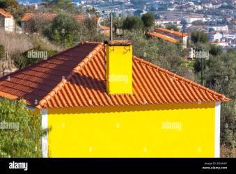Exterior de color amarillo brillante casa rural Portugal Paisaje Fotografía de stock Alamy