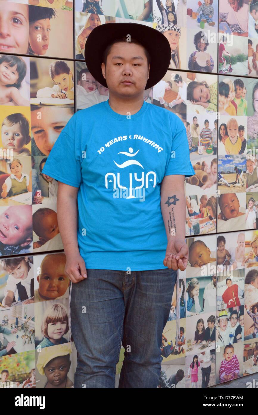 Mitad Hombre Judío Religioso Asiático Con El Tatuaje De La Estrella