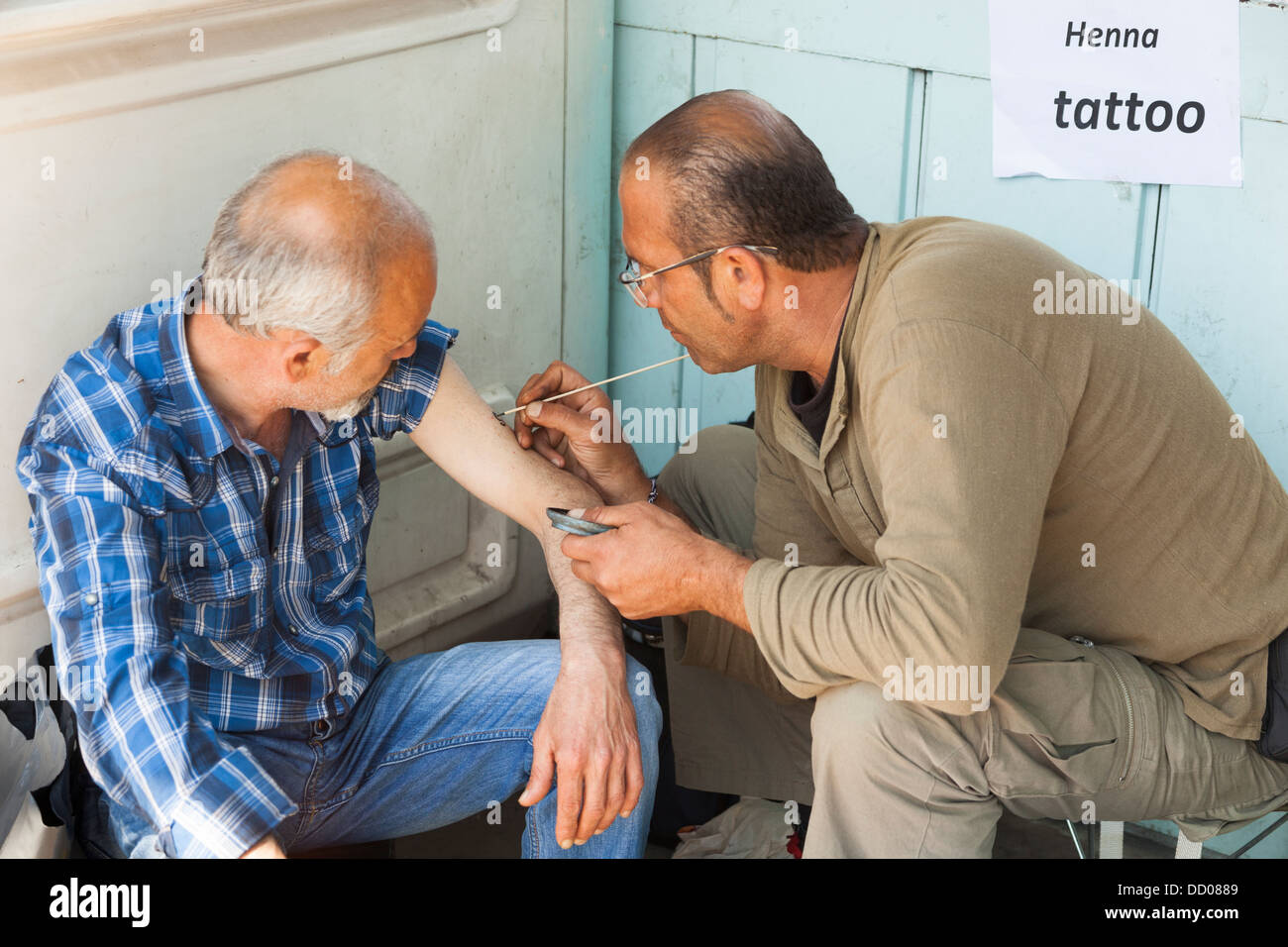 El Hombre Tiene Un Tatuaje De Henna Tatuado En Su Brazo Estambul