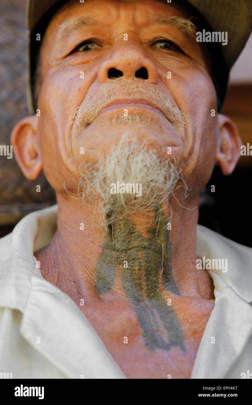 Los Viejos Hombres De Iban Muestra Tatuajes Tradicionales En Su