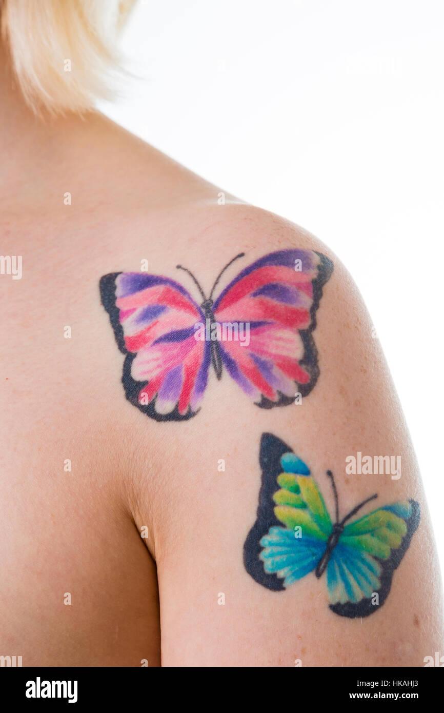 Mujer Con Tatuajes De Mariposas Sobre Su Hombro Desnudo Foto