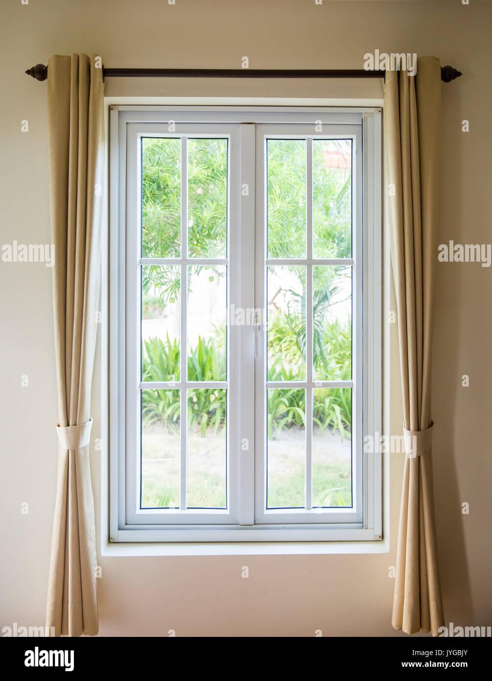 Se abrir una ventana con marco blanco y cortina Foto  Imagen De Stock 154639043  Alamy