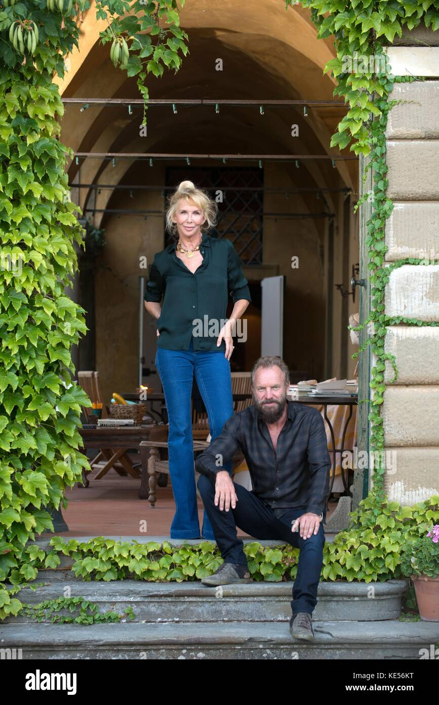 Sting con su esposa trudie en su propiedad Villa il palagio Figline Valdarno  Florencia