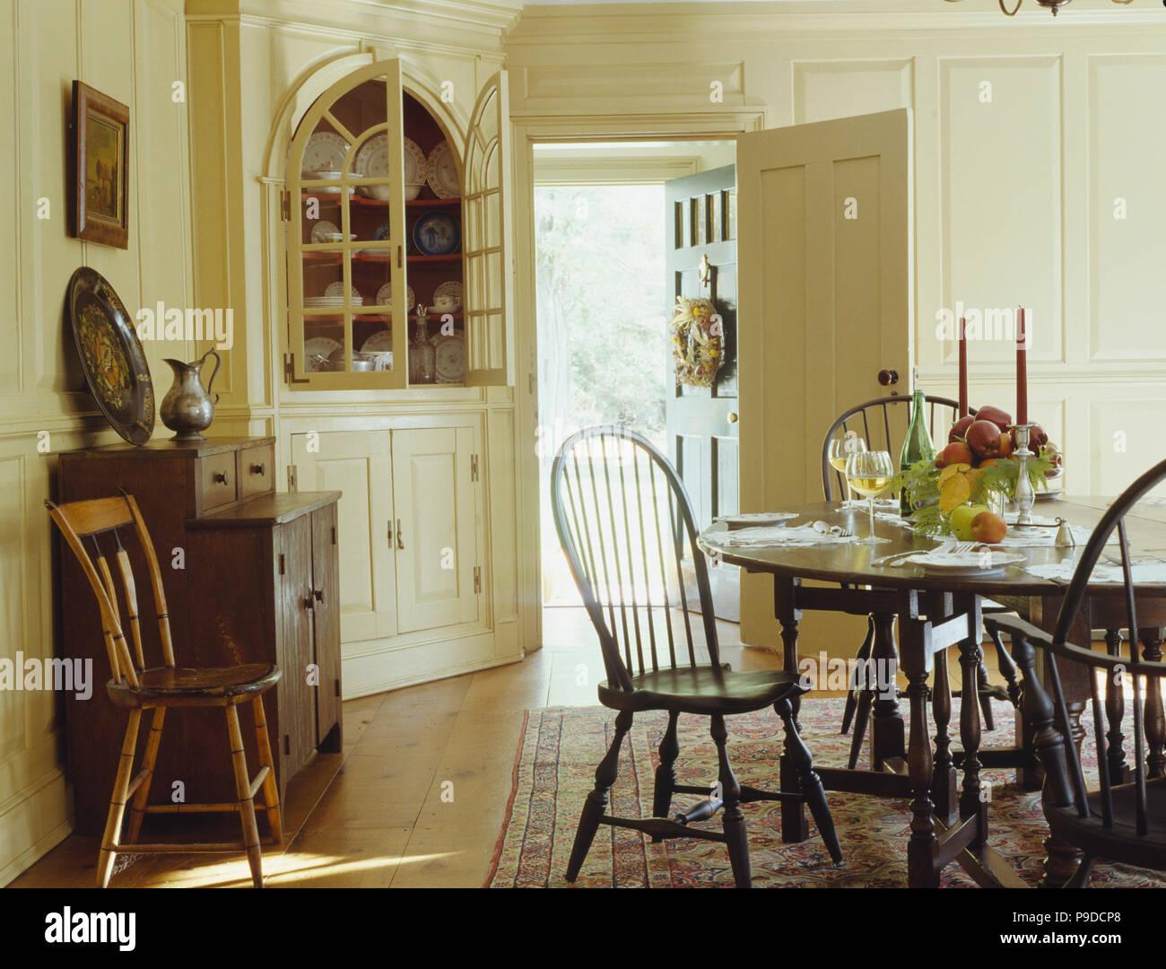 Antique stickback mesa y sillas de estilo colonial