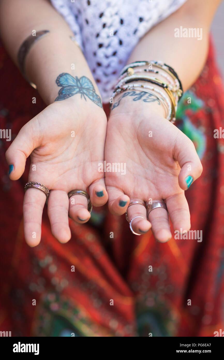Cerca De La Mano De Una Mujer Con Mariposas Tatuaje Foto Imagen De
