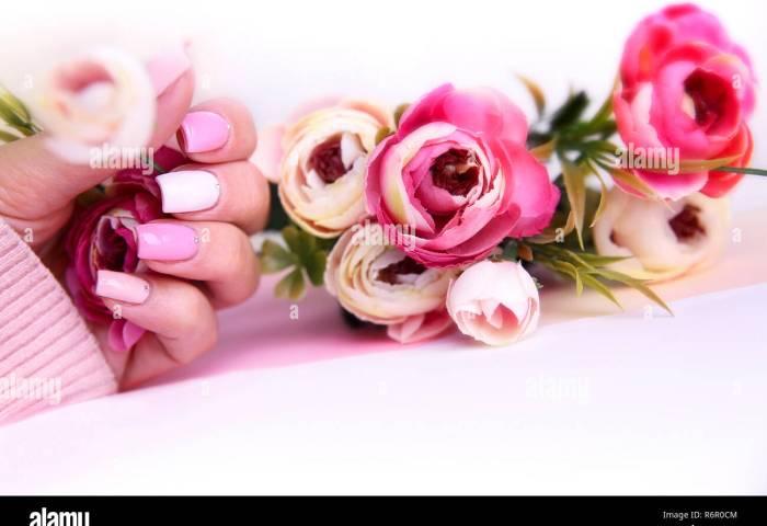 Manicura Diseño De Uñas Decoradas Con Flores Manos De Mujer Con