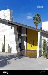 Moderno exterior de la casa de mediados de siglo con puertas amarillas en Palm Springs California Estados Unidos Fotografía de stock Alamy