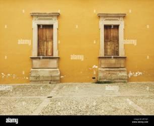 El exterior de la casa amarilla por la senda Fotografía de stock Alamy